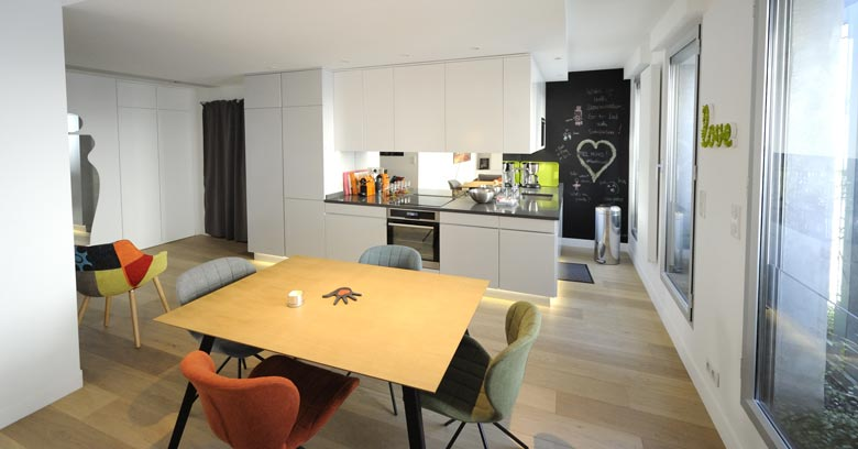 Un architecte dintérieur aménage une cuisine ouverte sur mesure à paris