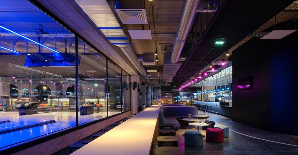 Vue du bowking - espace bar du multiplex de loisirs