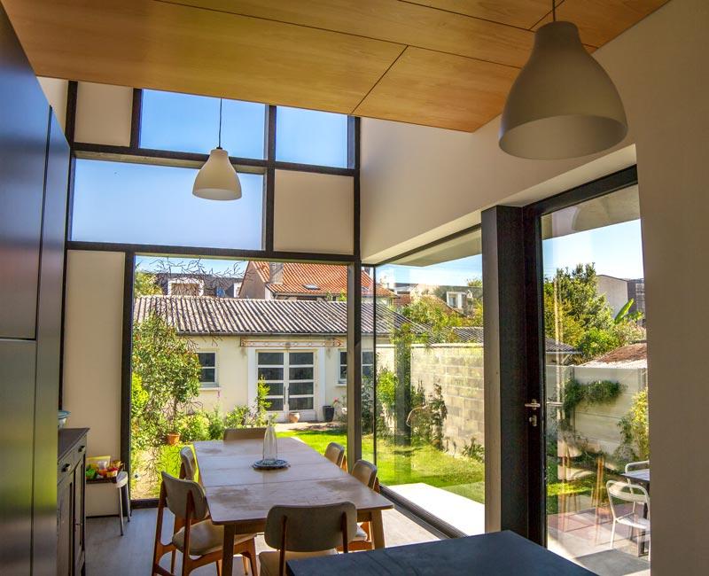 Intérieur d'une extension d'une maison avec une verrière