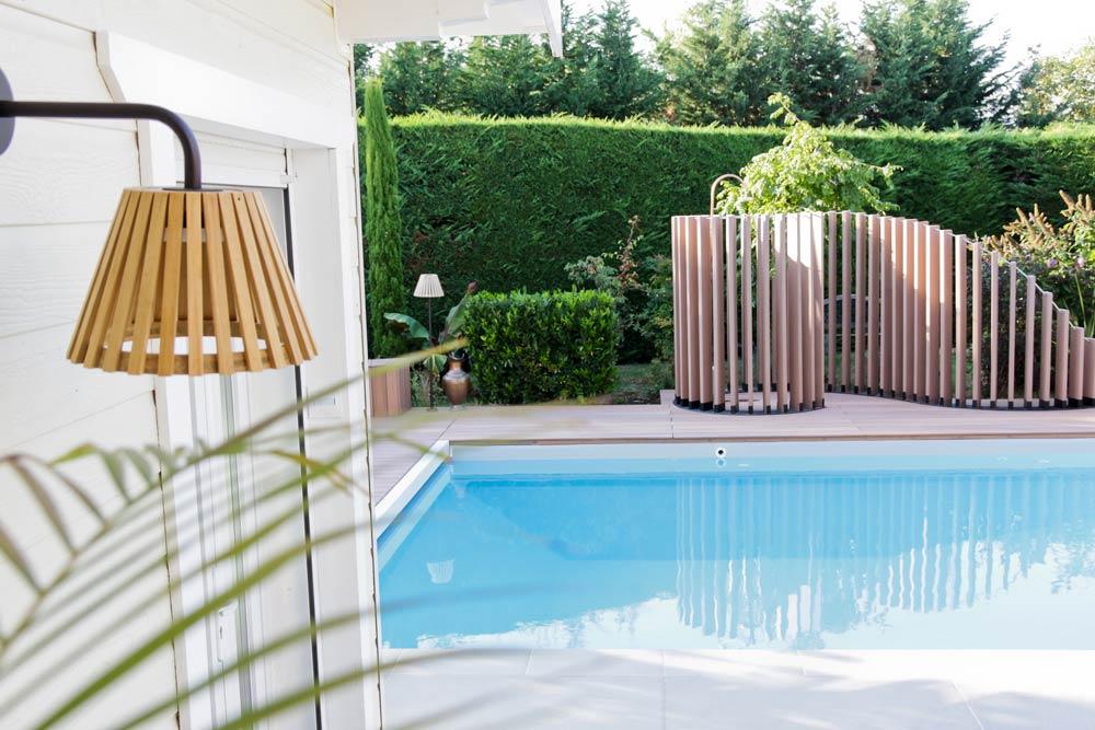 Lames de bois composites sur mesure à côté de la piscine