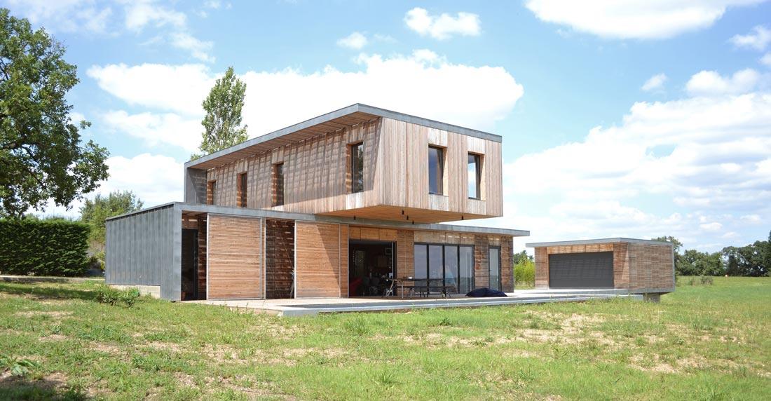 Maison d'architecte avec façade en bois et en forme de L