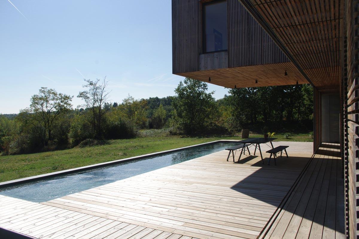 Terrasse avec piscine dans une maison réalisée par un architecte
